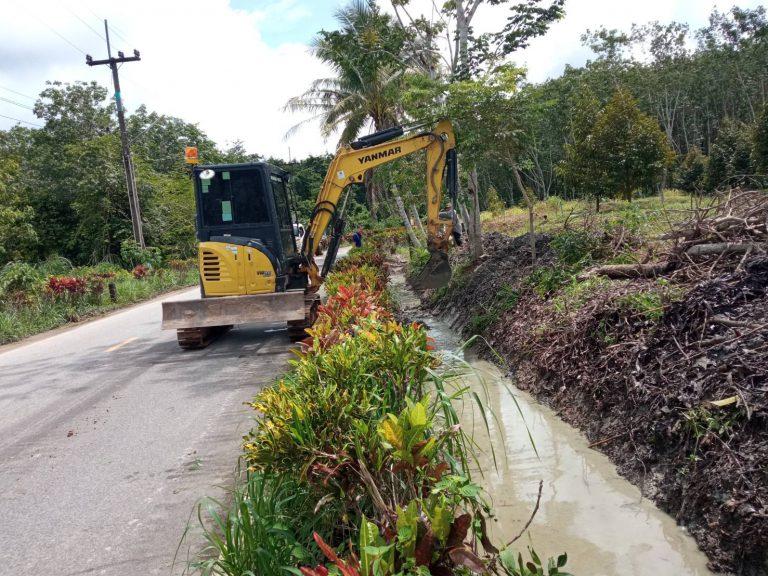 โครงการขุดลอกร่องทางระบายแก้ไขปัญหาน้ำท่วมขังในพื้นที่
