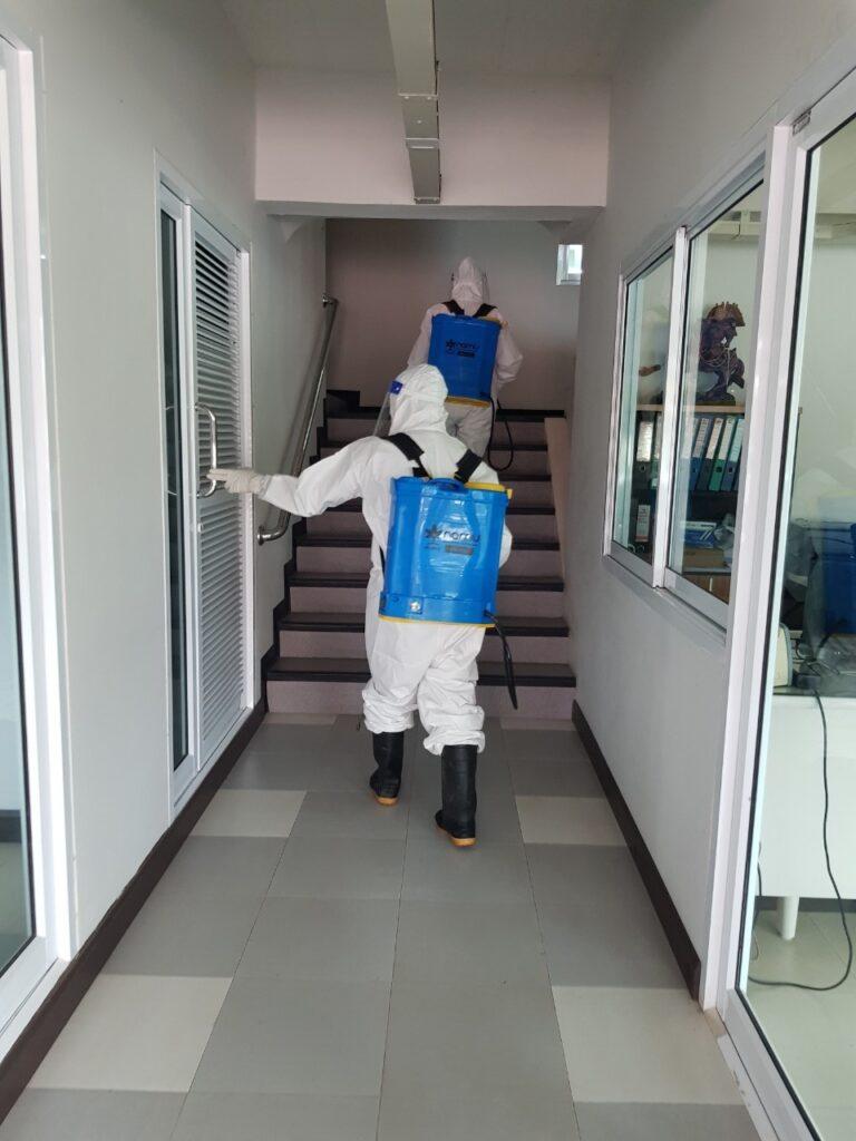 ทต.เทศบาลเขาวัว-พลอยแหวน พ่นยาฆ่าเชื้อป้องกันโควิด-19 ในสถานที่กลุ่มเสี่ยง บริษัทไทยวัฒน์วิศวการทาง